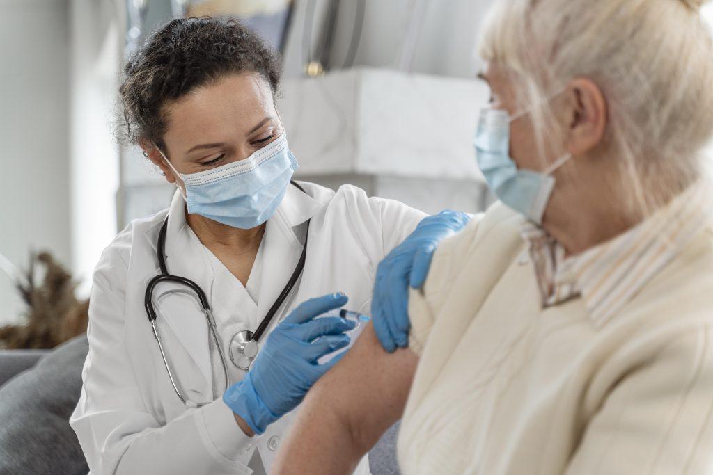 ผู้สูงอายุ-ผู้มีโรคประจำตัว ฉีดวัคซีนโควิด-19 ได้เลยหรือไม่? เช็กกลุ่มเสี่ยงที่ควรและไม่ควรฉีด พร้อมคำแนะนำก่อนหลังฉีดวัคซีน